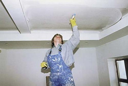 Наклеивание стеклохолста на потолок