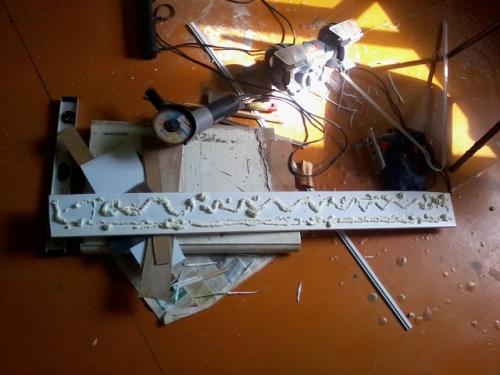 Нанесение пены на панель для откосов