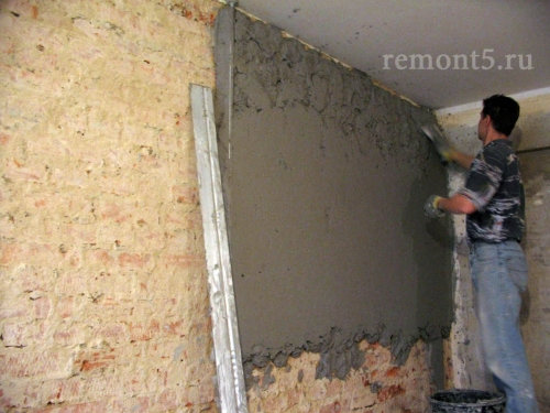 """Нанесение штукатурного раствора на стену слой """"обрызг"""""""