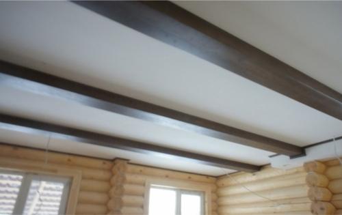 Окрашенный потолок в бревенчатом доме