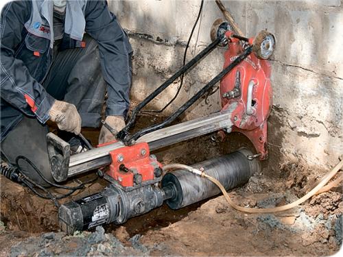 Отверстие в фундаменте под трубу канализации коттеджа
