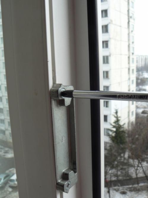 Ответный механизм ручки на фурнитуре пластикового окна