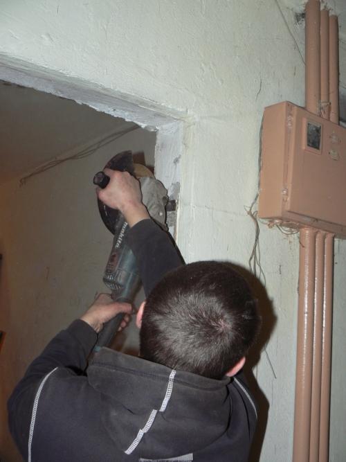 Срезание болгаркой пластин крепления старой двери