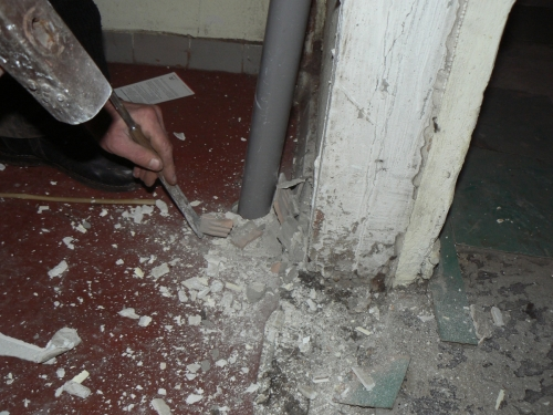 Удаление излишков штукатурки при демонтаже старой двери