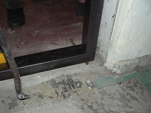 Вбиваем клинья под дверную коробку