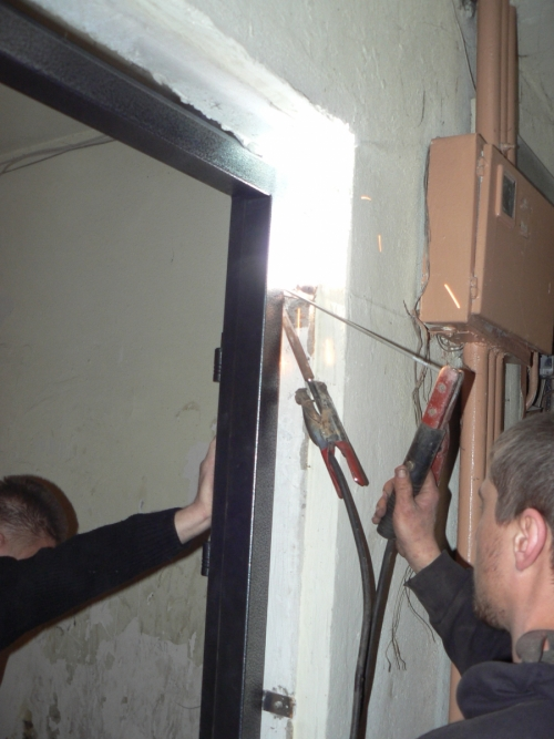 Закрепляем дверную коробку с помощью пластин