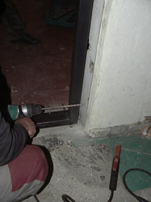 Засверливаем отверстия для крепления дверной коробки в стенах