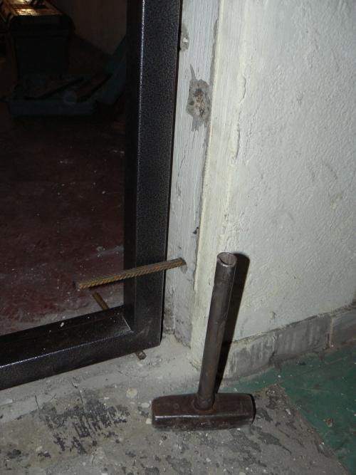 Вбиваем арматурный прут в отверстие в стене для крепления дверной коробки