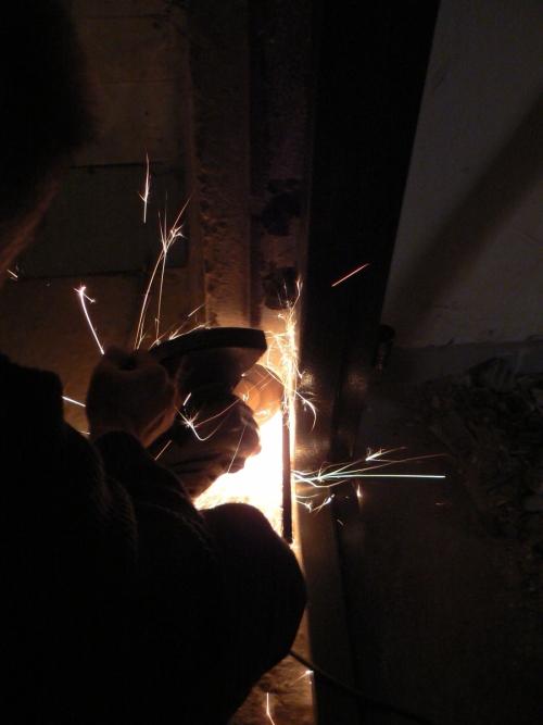 Отрезаем лишнее от арматурных прутов для крепления дверной коробки