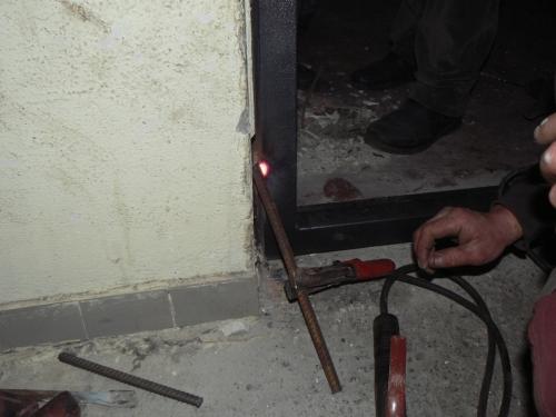 Привариваем дверную коробку к арматурным прутам