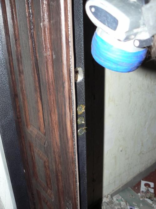 Засверливаем отверстия в дверной коробке под ригели замка