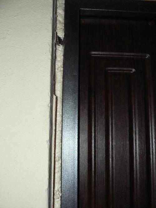 Запенивание щелей между дверной коробкой и проемом