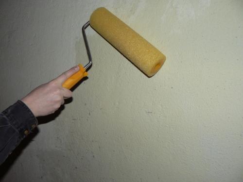 Очистка стен от старой шпаклевки - намачиваем