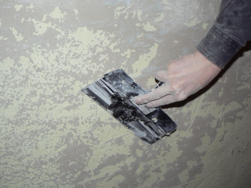 Очистка стены от старой шпаклевки - очищаем шпателем