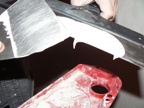 Выравнивание стен спаклевкой - накладыванием раствор маленьким шпателем на широкий