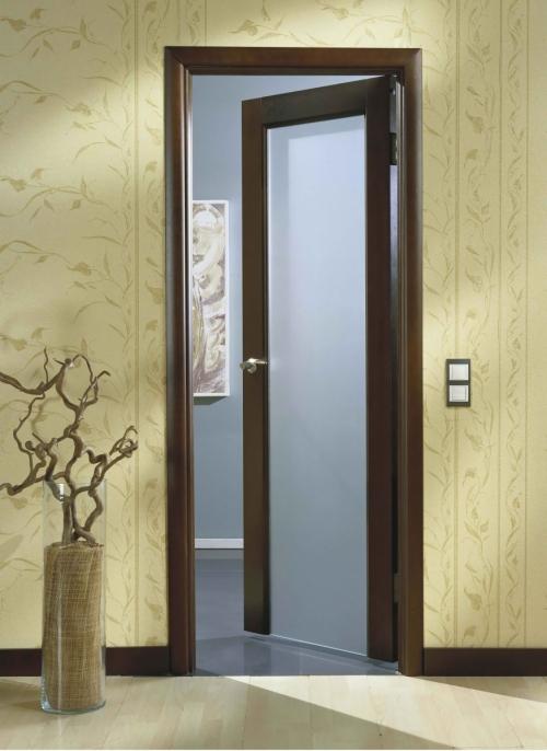 Напольный плтинтус под цвет двери