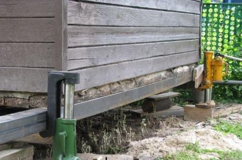 Поднятие деревянного дома на швеллерах