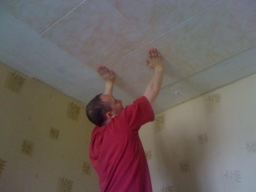 Поклейка плиток на потолок