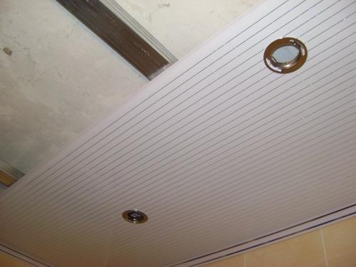 Подвесной потолок в ванной с подсветкой