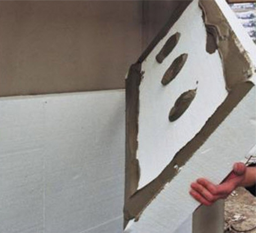 Наклеивание пенопласта для теплоизоляции фасада