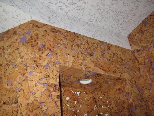 Потолок из пробковых панелей