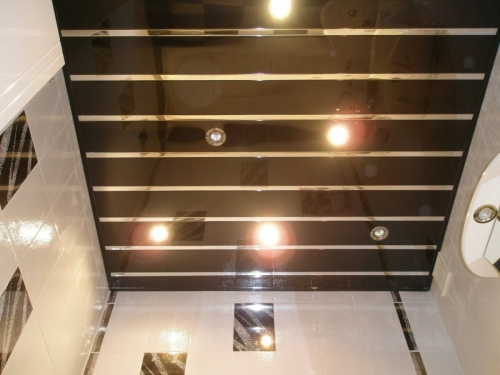 Реечный потолок в туалете 1