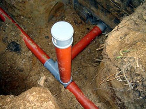 Люк-ревизия канализации на выходе фундамента