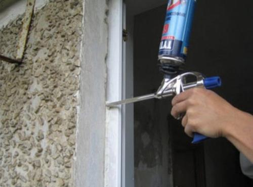 Задуваем монтажной пеной щели между рамой и оконным проемом