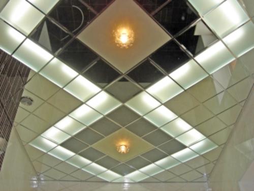 Сочетание матового стекла и зеркала в стеклянных потолках