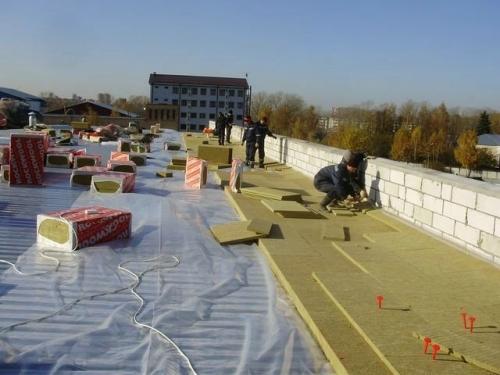 Укладка теплоизоляции на плоскую крышу