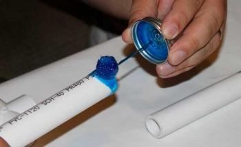 Монтаж водопроводных труб ПВХ - нанесение клея