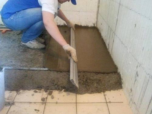 Выравнивание цементного раствора правилом