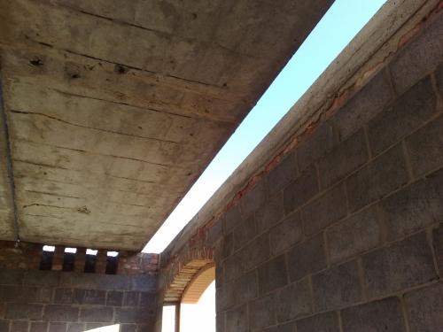 Щель между плитой перекрытия с стеной