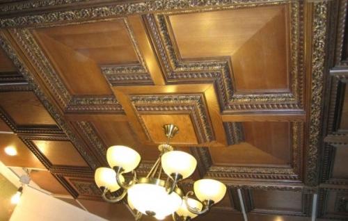 Отделка потолка в квартире деревом