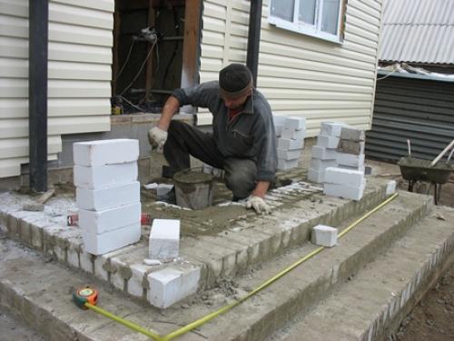 Как правильно обустроить крыльцо частного дома, чтобы исключить обледенение в зимний период Строительство и ремонт своими руками
