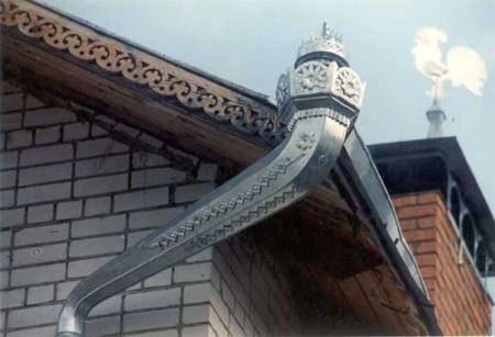 Установка желобов на крышу своими руками