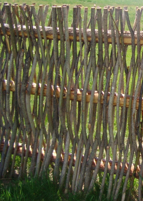 Плетение из веток забор