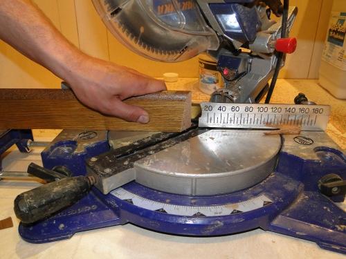 Как крепить деревянный плинтус к полу