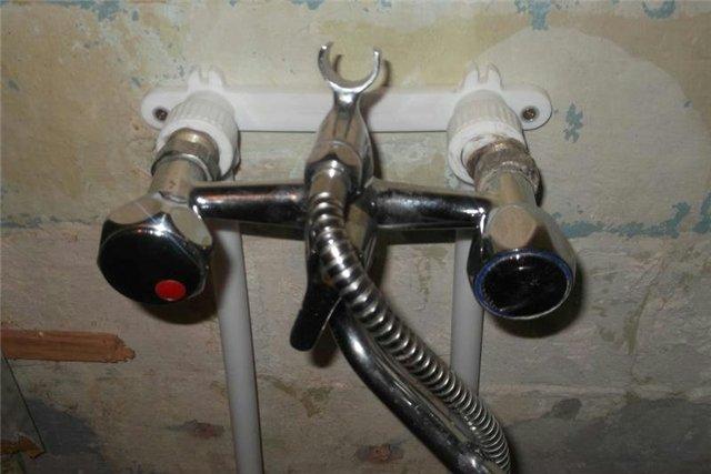 Как установить смеситель в ванной своими руками видео 162
